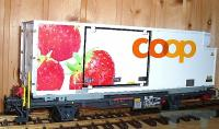 "RhB coop® Containerwagen ""Erdbeere"" (Container car ""Strawberry"") Lb-v 7881"